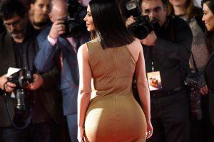 Ким Кардашьян хвастается формами в бикини