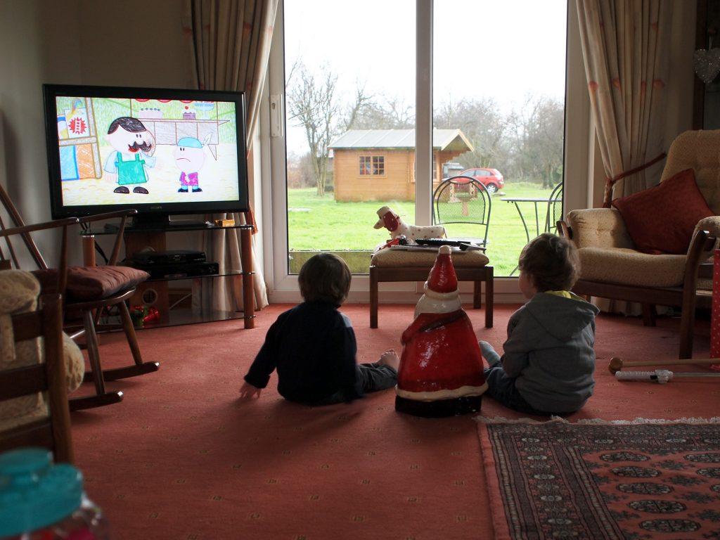 Важность совместного просмотра телевизора с детьми младшего возраста