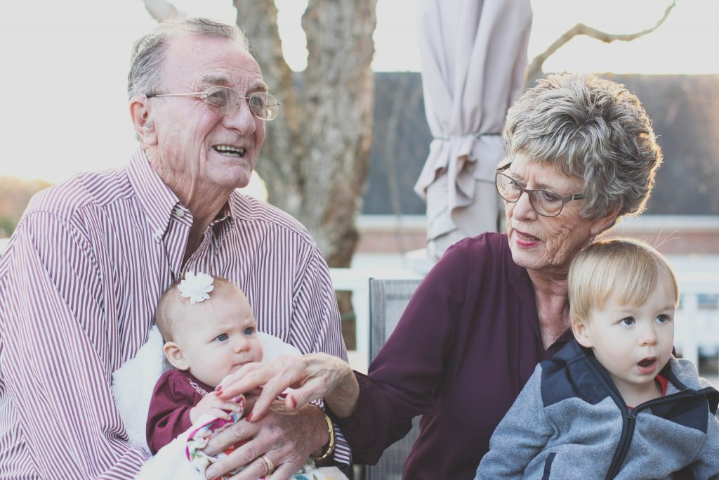 Почему детям стоит чаще проводить время с бабушкой и дедушкой?
