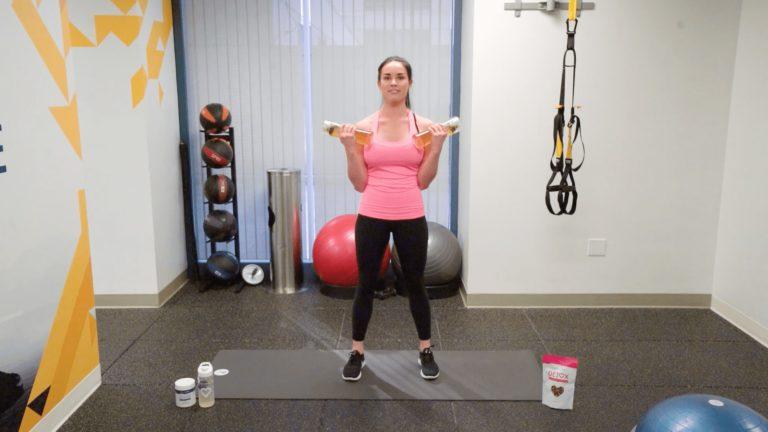 Простые упражнения с бутылками, которые избавят от обвисших рук