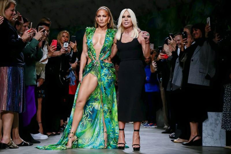 Дженнифер Лопес примерила новые наряды от Versace