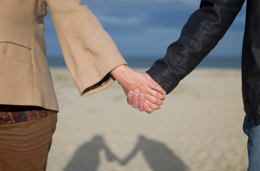 Язык тела: как вы держитесь за руки с партнёром?