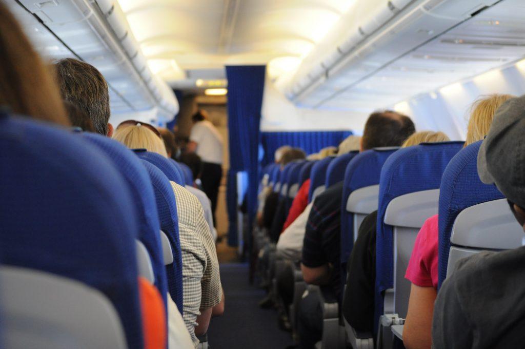 Почему пассажирские сидения в самолёте зачастую синие?