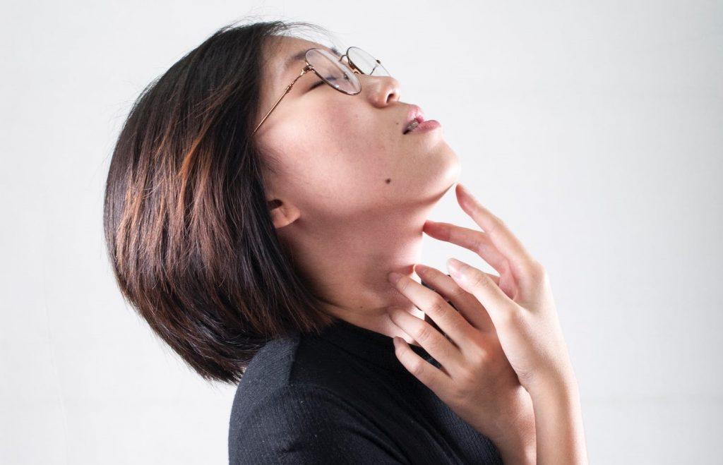 4 упражнения для мышц шеи, которые советуют делать за рабочим столом