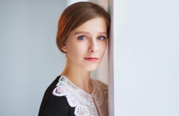 Лиза Арзамасова примерила образ брюнетки