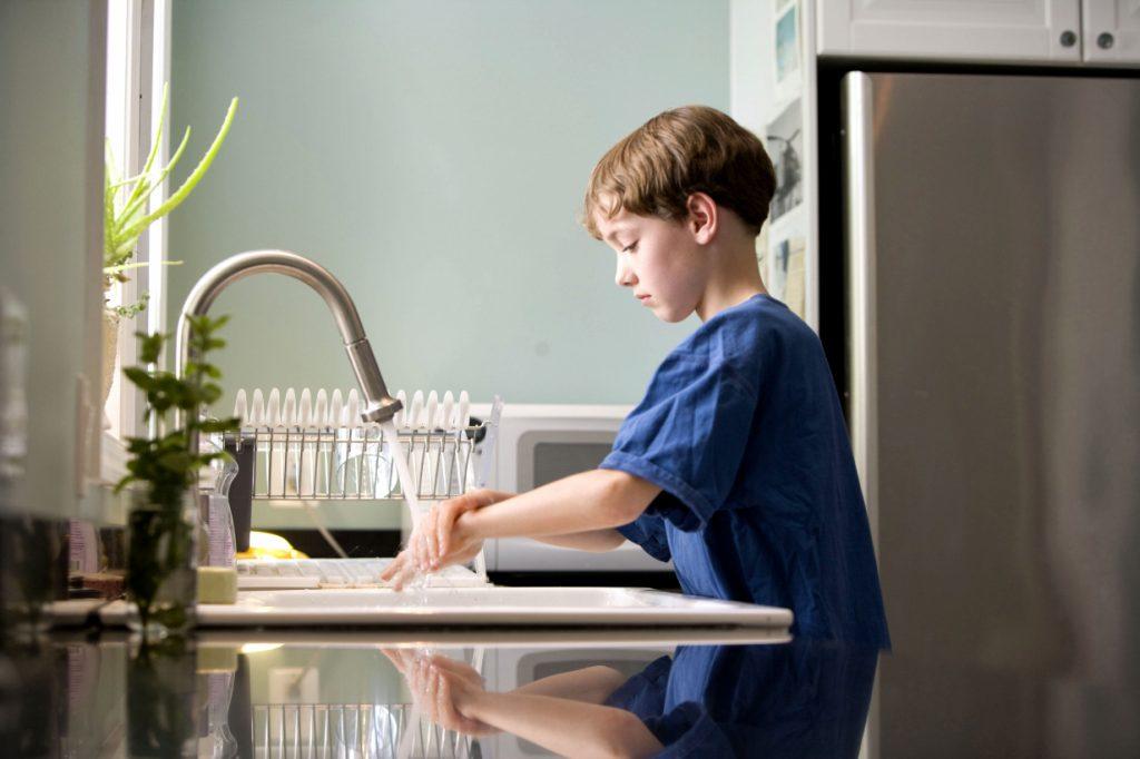 Эффективные способы приучить ребёнка к чистоте и уборке в доме