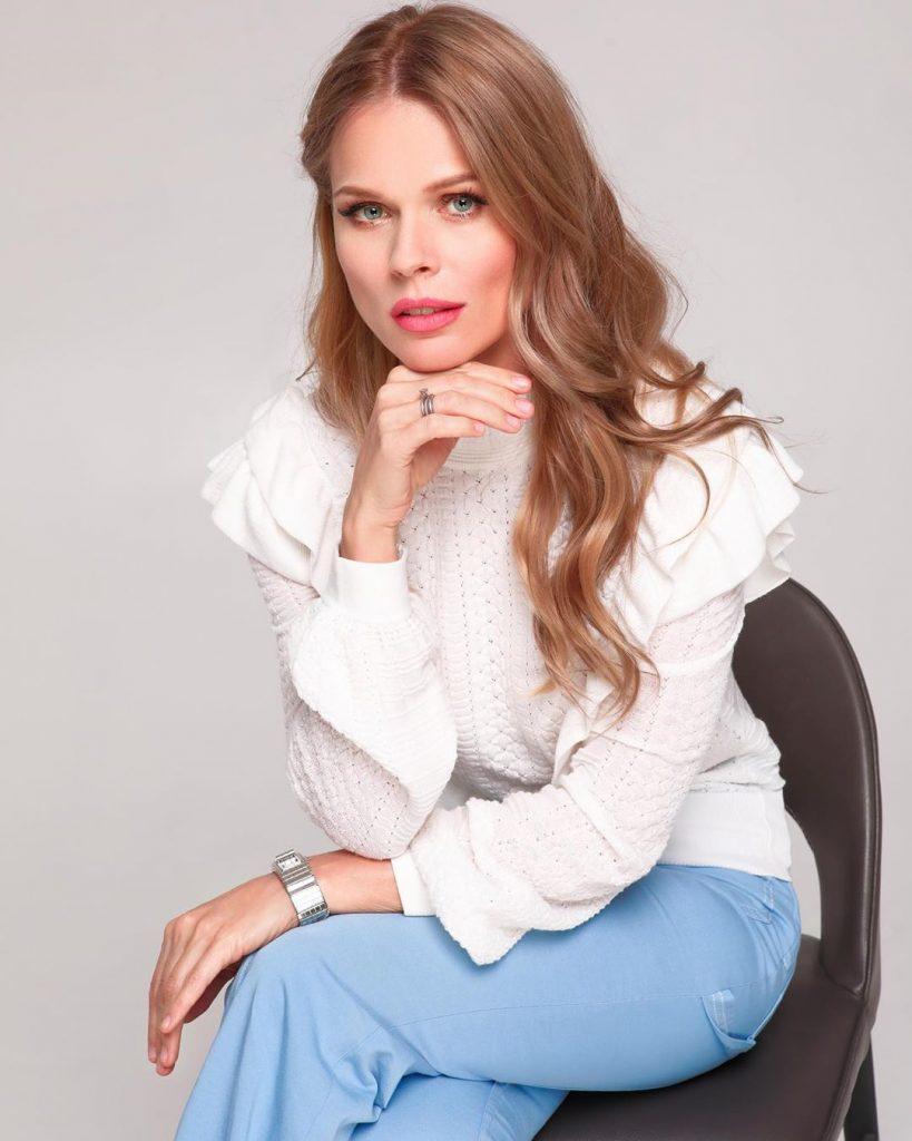 Кофейный этикет: Ольга Фреймут рассказала, как правильно держать чашку кофе
