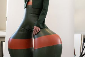 Креативное решение: британский дизайнер демонстрирует надувные латексные брюки