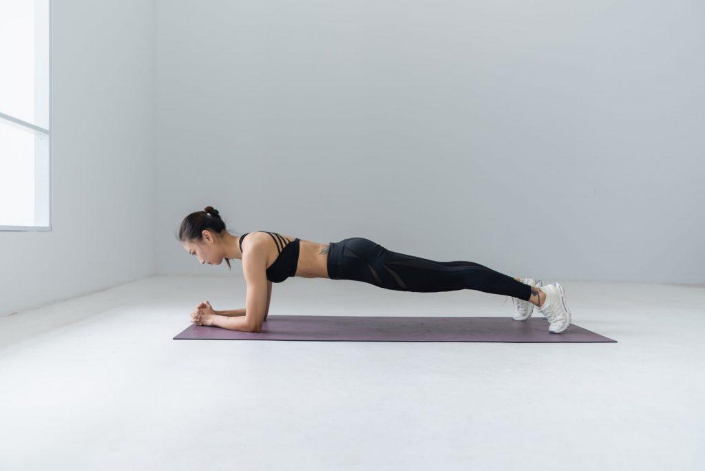 Улучшение осанки и другие преимущества 1-минутной планки в день