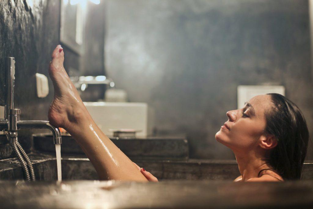 Безопасно ли принимать горячую ванну и какие есть риски для здоровья?