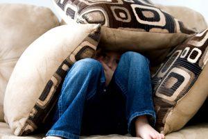 7 тихих признаков, что над ребёнком издеваются в школе
