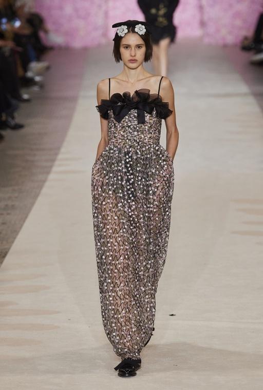 Металлические вуали и полупрозрачные платья: Giambattista Valli на Неделе моды