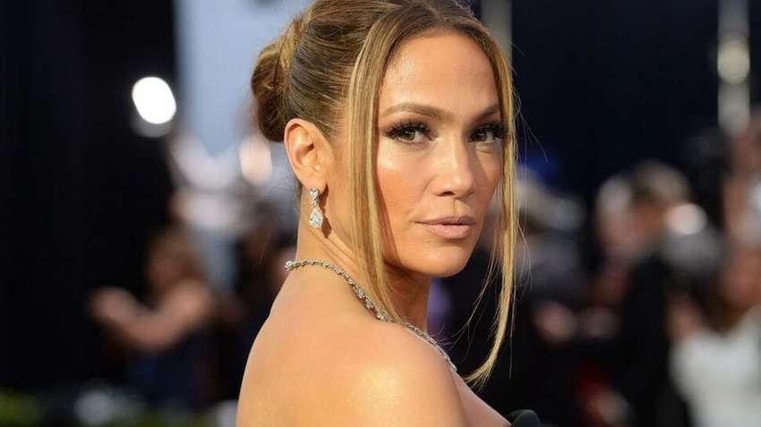 Дженнифер Лопес вышла в свет в роскошном костюме от Versace
