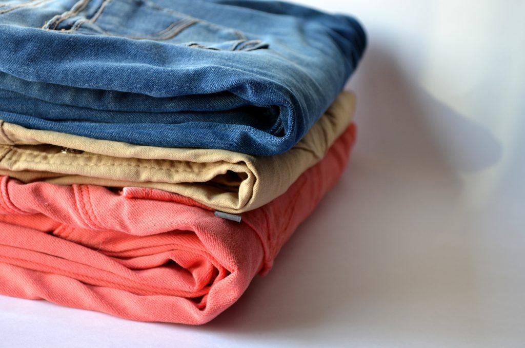 Как сделать ярче цветную одежду во время стирки?