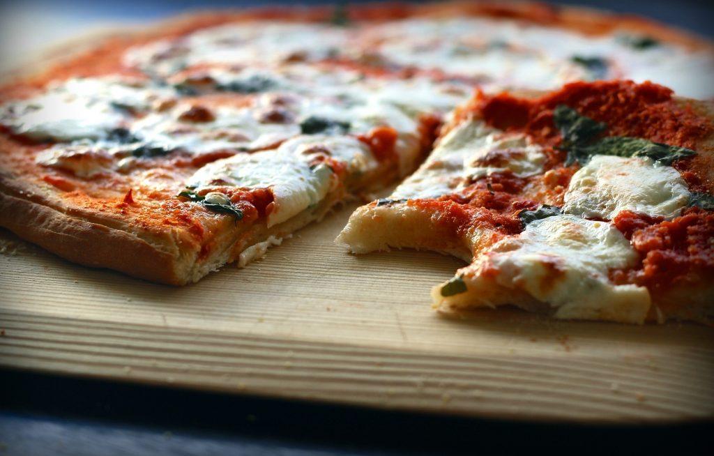 Быстрый и лёгкий рецепт домашней пиццы с сырами и салями