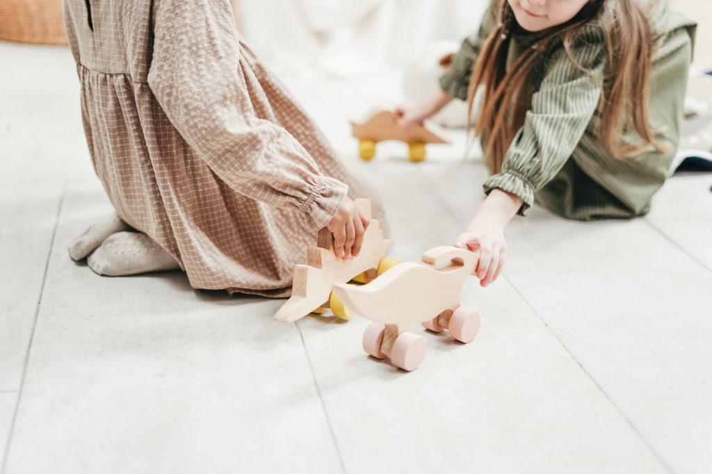 Эксперты объяснили, почему не нужно покупать много игрушек ребёнку