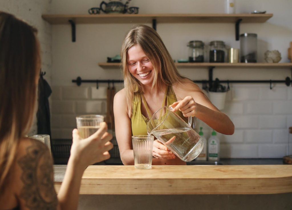 Диетологи объяснили, почему нужно пить воду перед едой