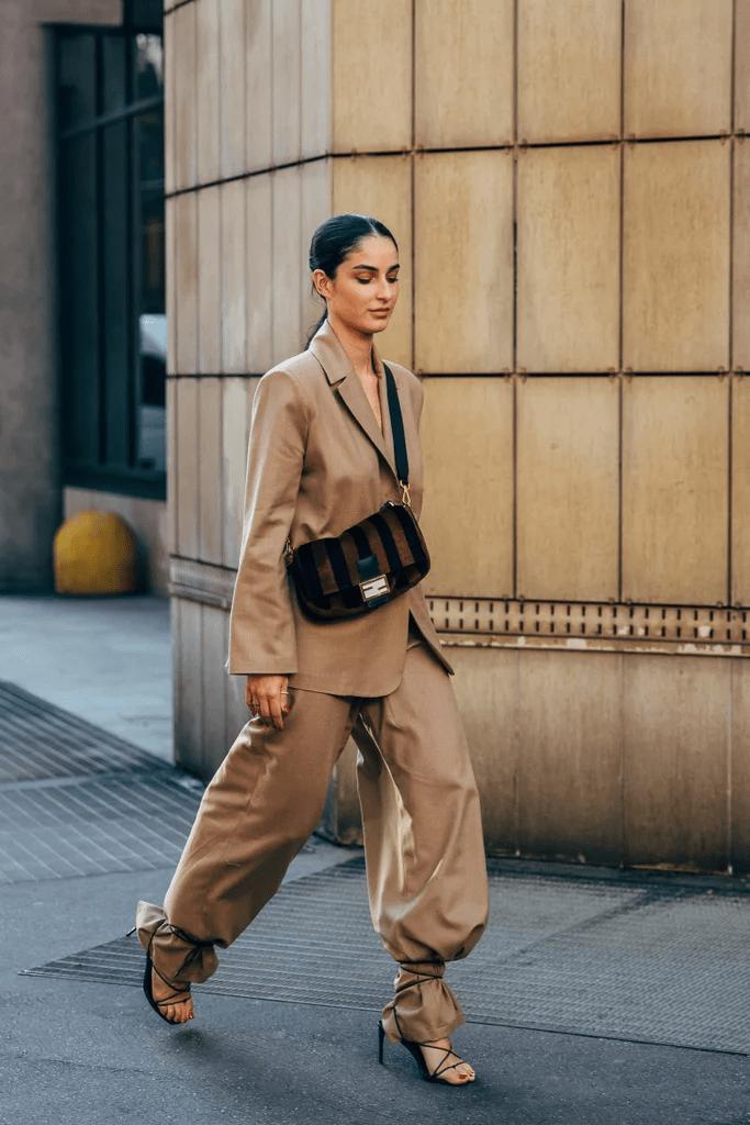 Босоножки поверх брюк — новый тренд 2020 года