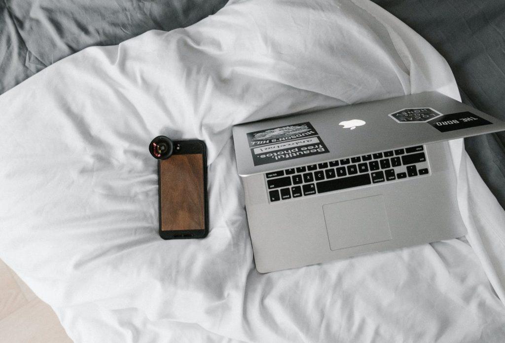 Опасно ли спать с телефоном под подушкой?