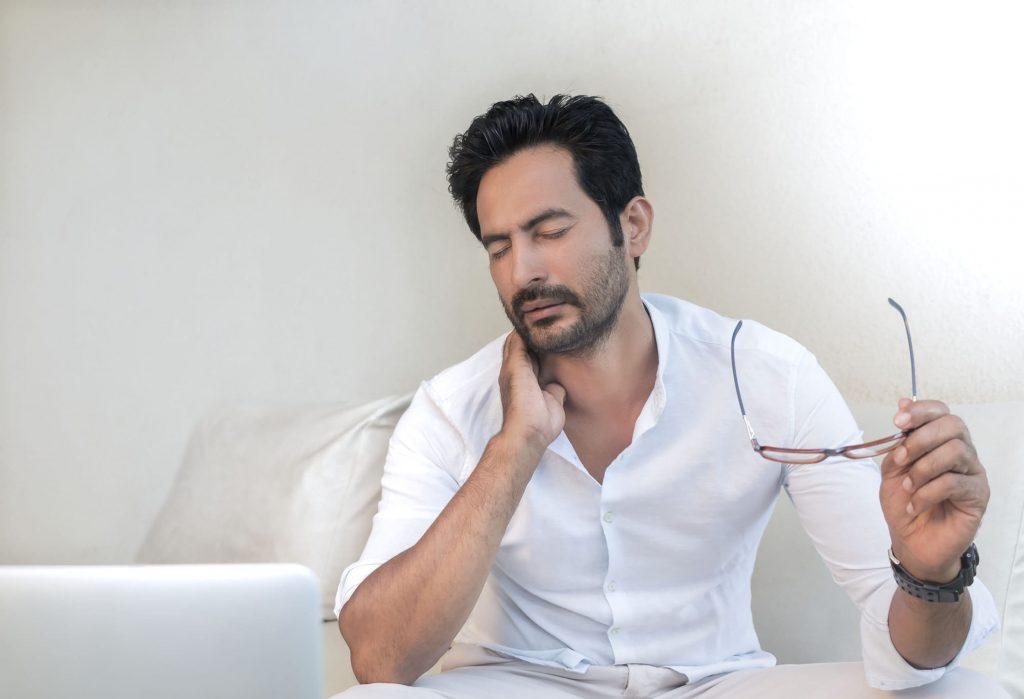 Болит шея: как размять мышцы и не навредить самому себе?