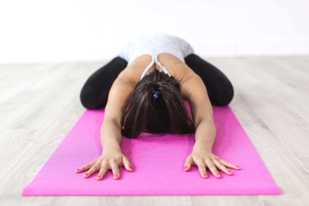 Тренировка дома: 3 позы из йоги для начинающих
