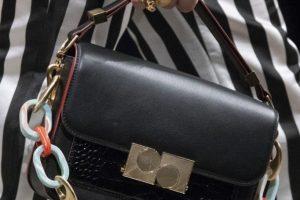 Нескучная тенденция – сумки с пластиковыми цепями