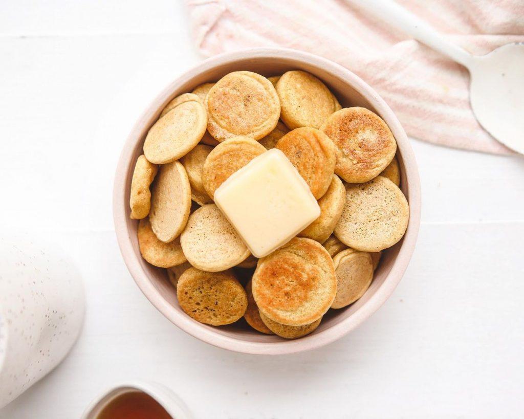 «Хлопья» из оладушек: как приготовить трендовый завтрак дома