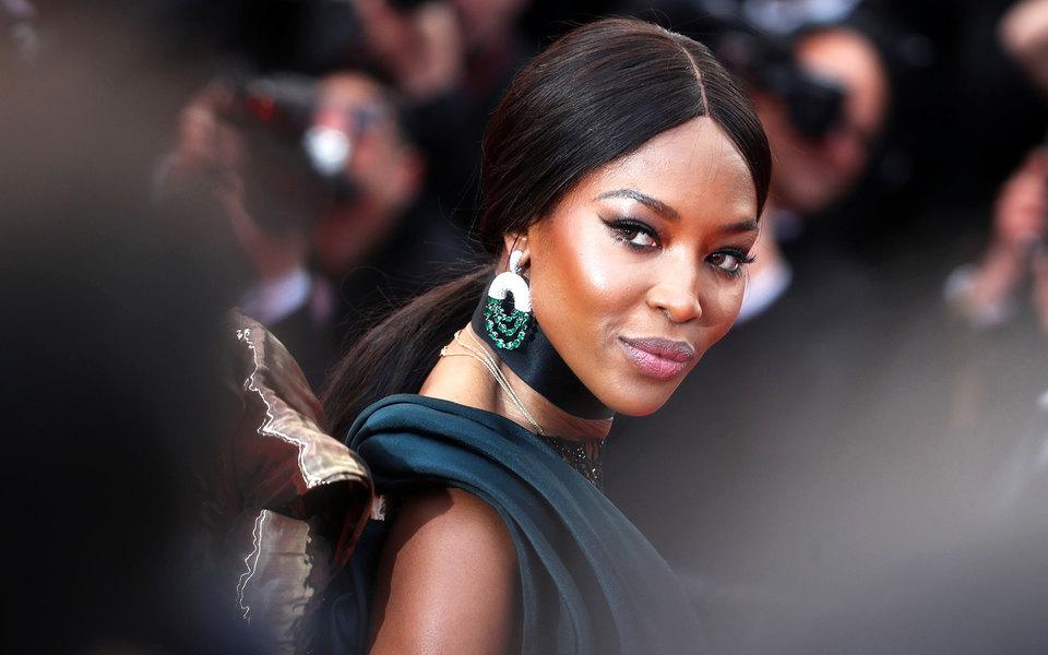 Мисс Африка: Наоми Кэмпбелл показала фото топлес и в необычном образе