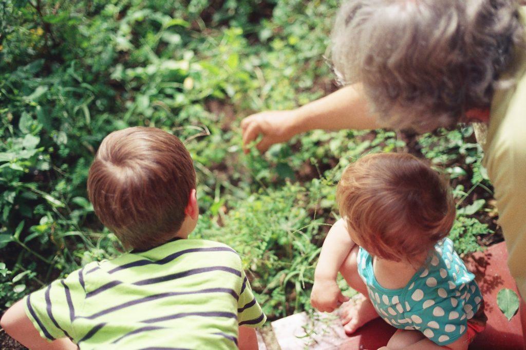 7 вещей, которые не стоит делать бабушкам и дедушкам