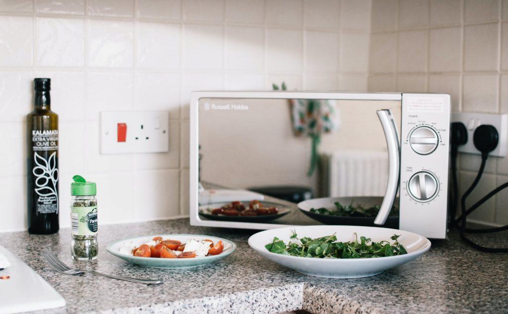 Хитрый трюк, как быстро удалить остатки пищи в микроволновке