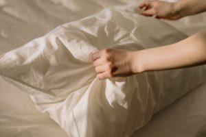 Простой лайфхак, как освежить подушку и предотвратить появление в ней пылевых клещей
