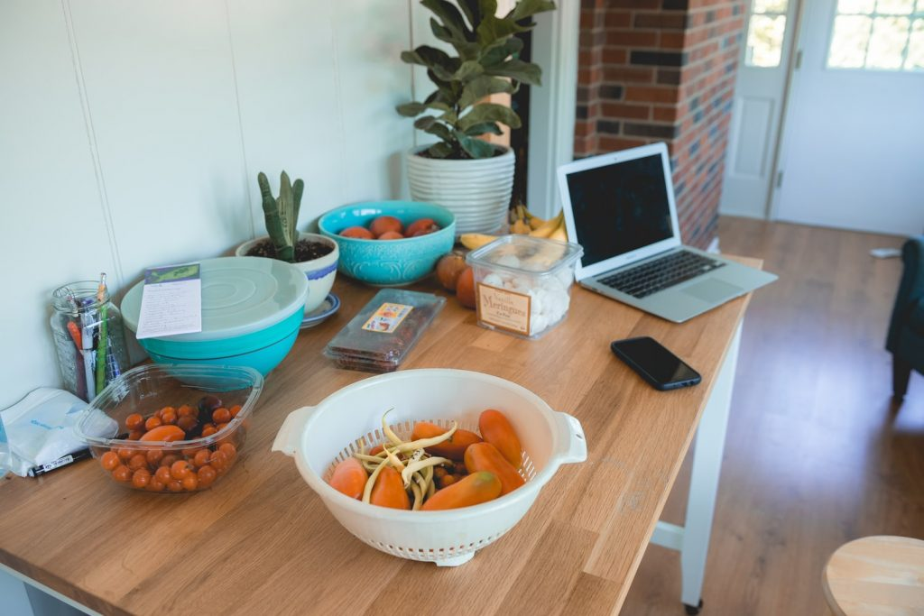 Диетолог рассказал, как не переедать, работая на дому