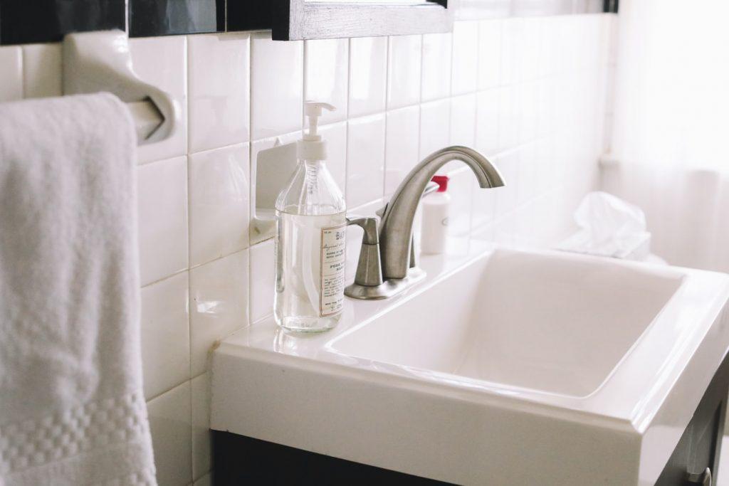 Как прочистить засор в раковине без лишних затрат