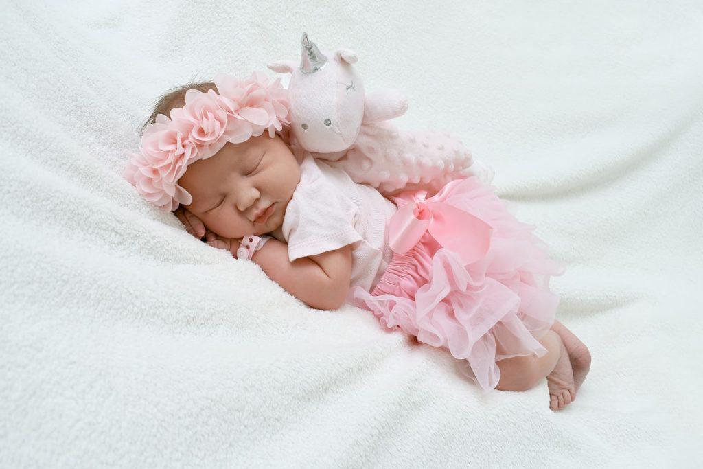 Когда младенцам можно позволить спать на животе?