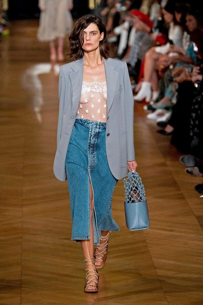 Джинсовая юбка-миди – маст-хэв этого года