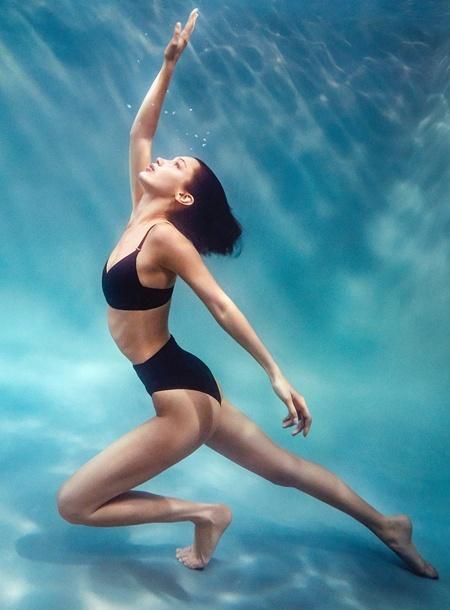 Белла Хадид позирует в толще воды в кампейне от Calvin Klein