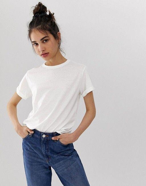 Как стильно носить базовые футболки: 5 вариантов на это лето