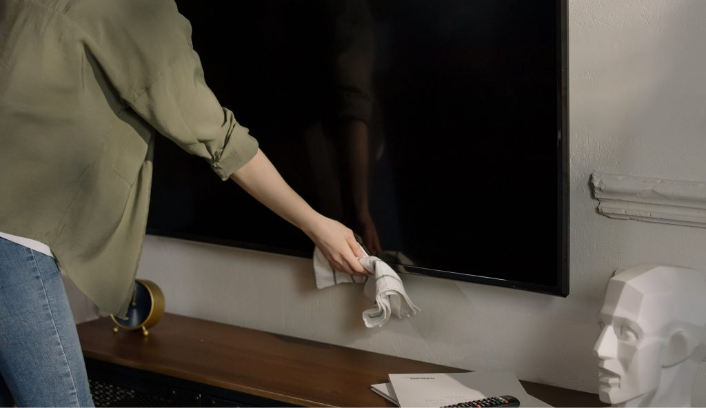 Как очистить телевизор и монитор, не оставляя разводов и царапин