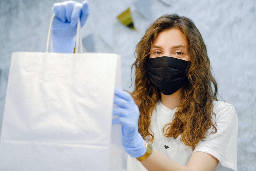 Вещь, из-за которой люди пробивают защиту маски и чаще распространяют вирус