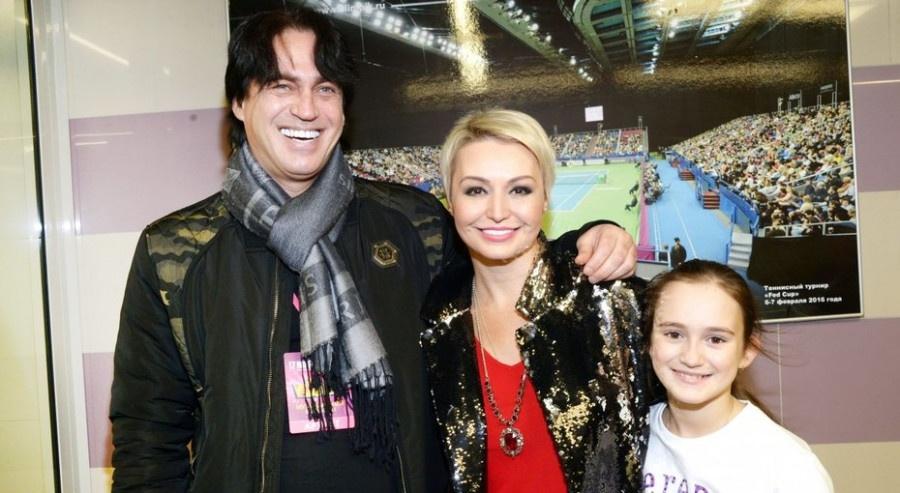 Катя Лель улетела с семьей на отдых