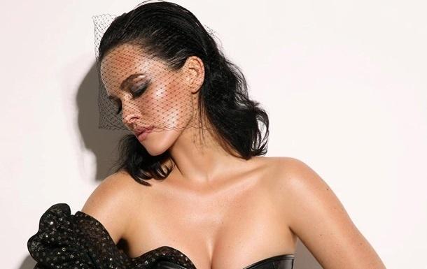 Даша Астафьева обнажила грудь, примерив платье с глубоким вырезом на груди