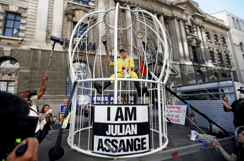 Канарейка в клетке: Вивьен Вествуд устроила эффектную акцию протеста