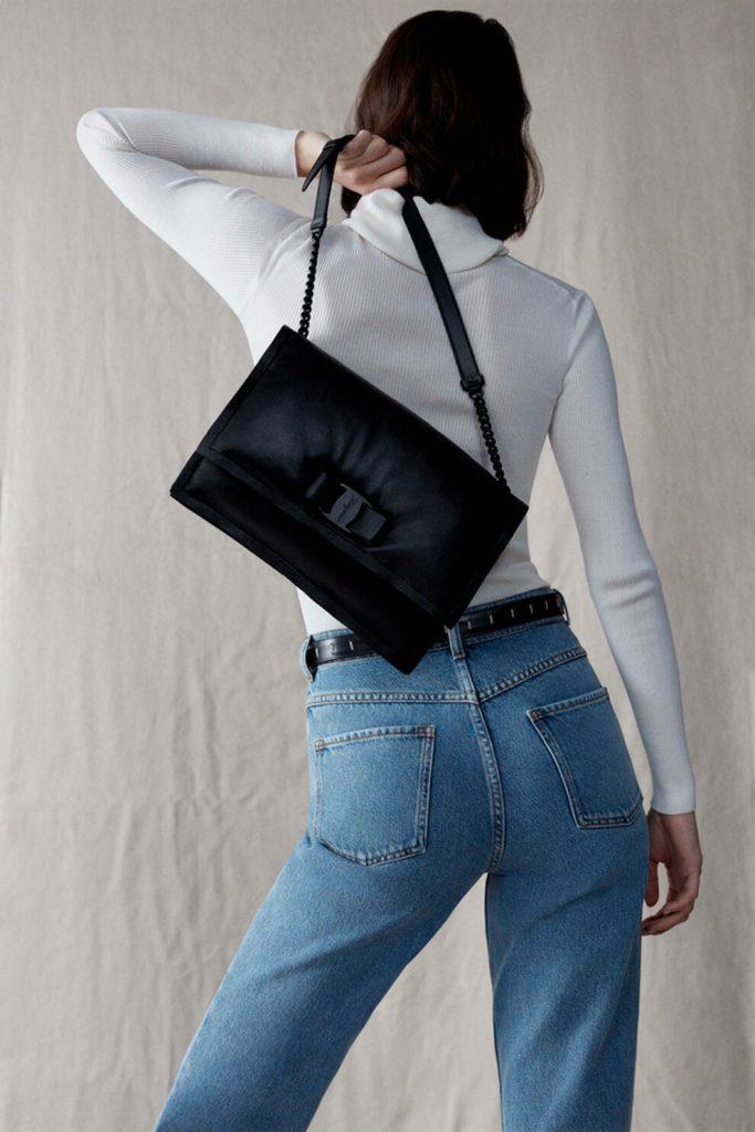 Универсальная модель: Salvatore Ferragamo показывают сумку Viva Bow