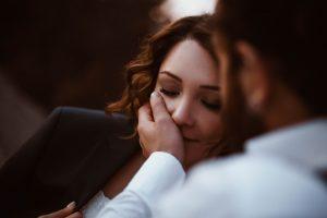 6 явных признаков, что мужчина заставляет себя вас полюбить