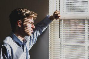 5 признаков, что мужчина подавляет эмоции и пытается делать вид, что все хорошо