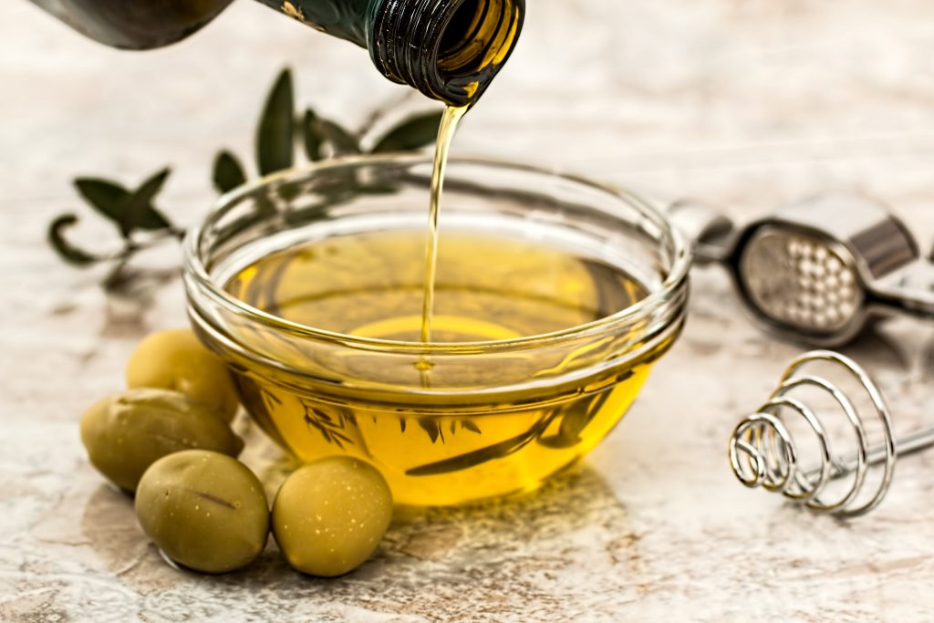 Крутые лайфхаки с оливковым маслом, которые сэкономят время (и деньги)