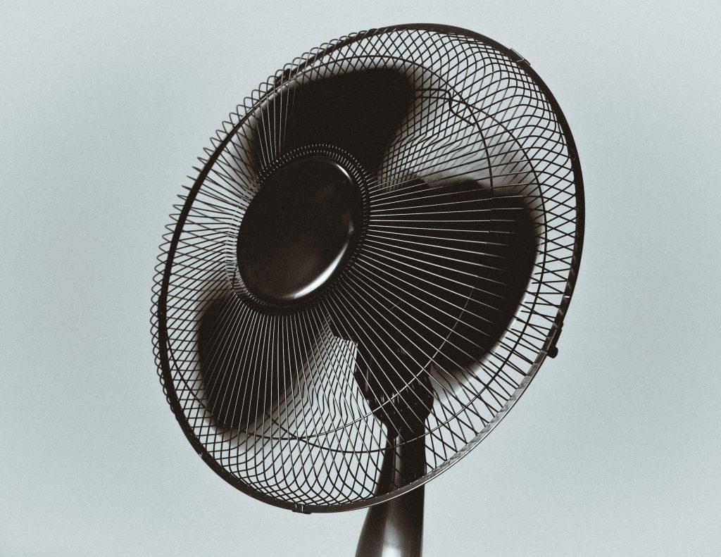 Полезно ли для здоровья спать со включенным вентилятором?