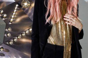 Стразы, прожекторы и мини-шорты: осенне-зимний кампейн от Saint Laurent