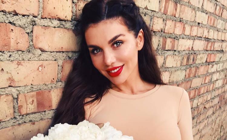 Анна Седокова засветила пышной грудью