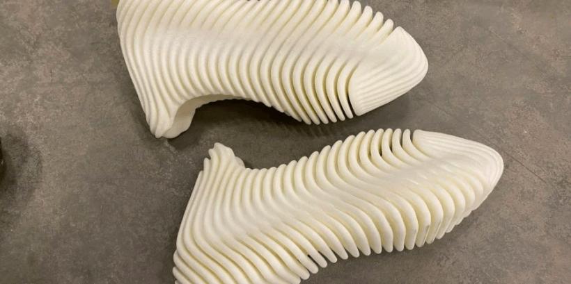 В форме китайской еды: Канье Уэст показал новые кроссовки от Yeezy